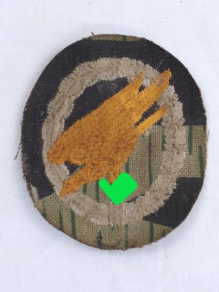 Fallschirmschützenabzeichen Knochensack gestickt auf Tarnstoff
